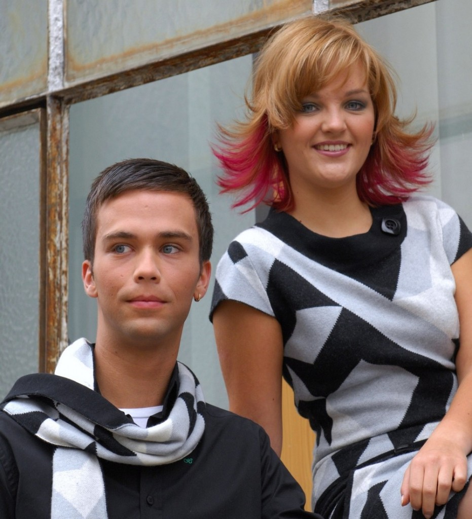 Hannah + Patrick Herrenhaarschnitt, pinkfarbene Strähnen Mittellange Haare